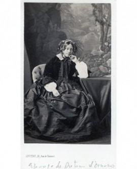 Femme posant assise. Epouse d\'Ornano