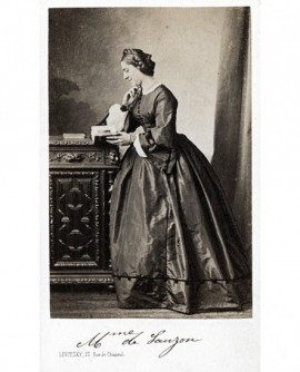 Femme debout de profil lisant un livre.(Mme de Sauzon)