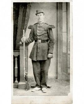 Militaire en képi avec son fusil