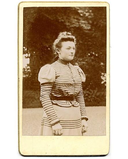 Portrait de jeune fille, en corsage à rayures