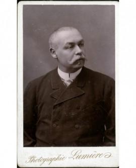 Portrait d'un homme à moustache à la gauloise