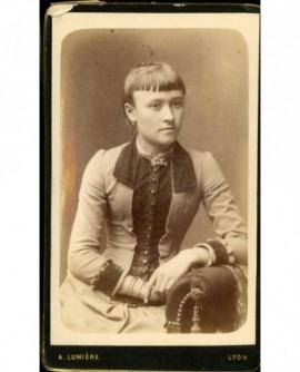Jeune fille à la frange coupée, assise