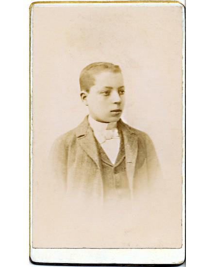 Portrait de jeune garçon aux cheveux courts