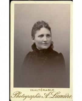 Portrait d'une femme à robe au col vaporeux