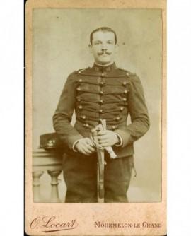 Militaire moustachu (dragon) du 25è, gants à la main