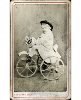 Enfant sur cheval tricycle (jouet)