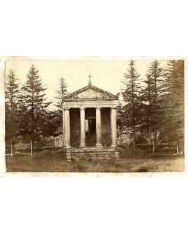 Chapelle néo-classique (funéraire?) entourée de sapins