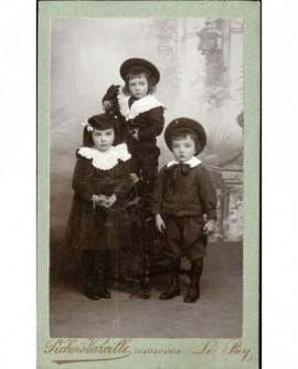 Trois jeunes enfants (deux garçons, une fille)