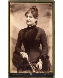 Portrait d'une jeune femme tenant son éventail
