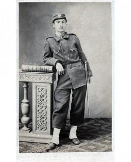 Militaire debout, bayonette à la hanche