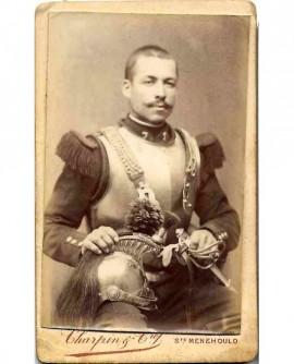 Militaire (cuirassier) du 7è, tenant casque et sabre