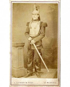 Militaire (cuirassier) en tenue de campagne, casque sur la tête