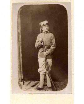 Jeune mobile avec un fusil à baionnette