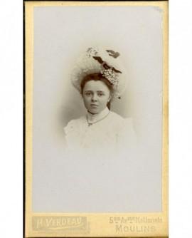Jeune fille en chapeau