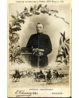 Militaire du 45è d\'artillerie, gants et sabre en mains