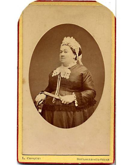 Femme en toque blanche debout avec un éventail (regard méprisant)