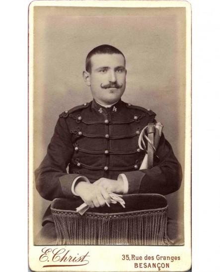 Militaire du 4è (dragon), moustache en croc, tenant ses gants et son sabre