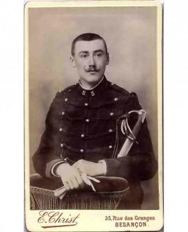 Militaire du 5è, tête nue, moustache en croc, tenant gants et sabre
