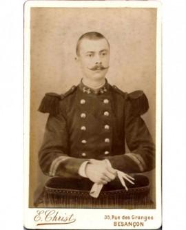 Militaire (caporal-chef) du 44è RI, tête nue, tenant ses gants