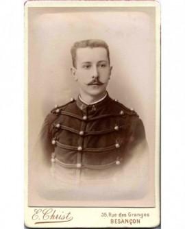Portrait d'un militaire du 4è, tête nue, moustache en pointe