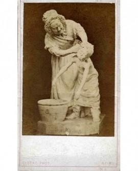 Sculpture d'une femme lavant un enfant