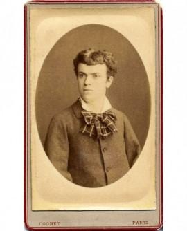 Portrait de jeune homme imberbe, à la lavallière à carreaux