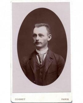 Portrait d' homme à moustache et cheveux en brosse