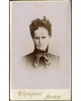 Portrait de femme auruban noué dans les cheveux