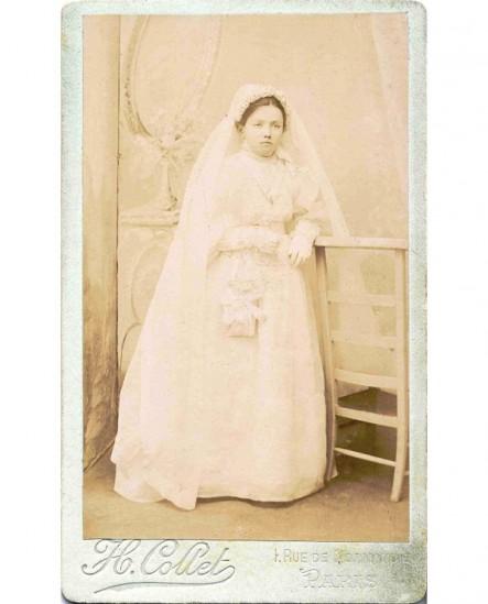 Communiante en gants blancs, appuyée sur un prie-dieu
