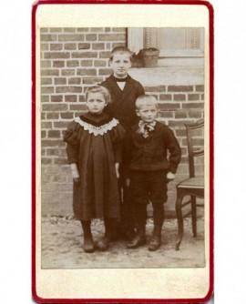Frères et soeur devant la maison familiale( en briques)