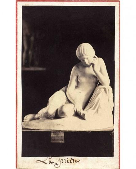 Sculpture d'une femme, buste nue, en méditation