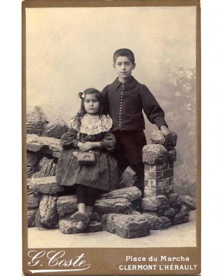 Deux enfants (garçon et fille) dans des rochers factices