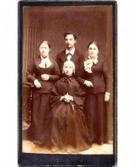 Portrait de famille (autour d'une religieuse au centre)