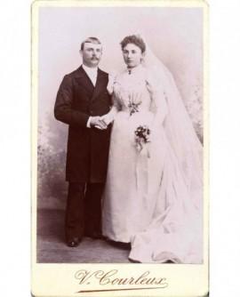 Couple de mariés se donnant la main
