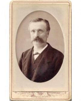 Portrait d' homme à moustache à la gauloise