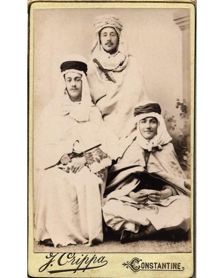 Trois hommes déguisés en costume berbère