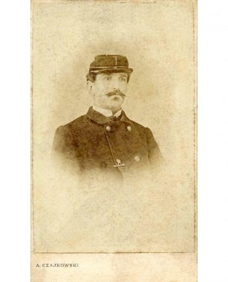 Portrait d'homme moustachu en képi (facteur?)