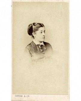 Portrait (de profil) de jeune femme en chignon