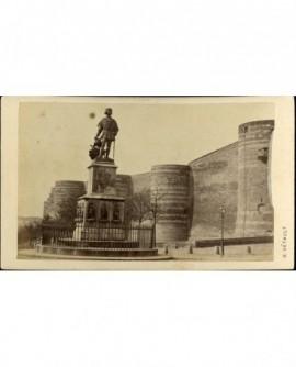 Statue du Roi René devant le château d'Angers