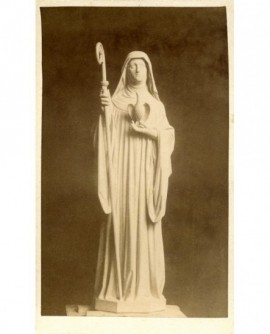 Statue d'une abbesse (crosse et pélican en mains)