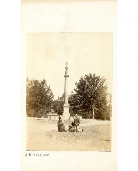 Couple de Bretons à genoux devant un calvaire