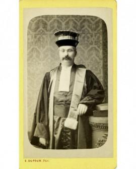 Portrait d'un magistrat en toge et mortier