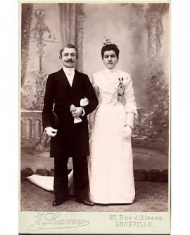 Couple de mariés se donnant le bras