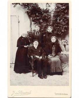 Groupe familial (autour du vieux père barbu et de la mère)