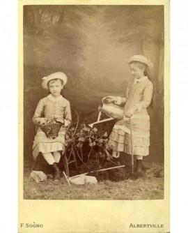Deux soeurs avec arrosoir et panier de fleurs (jouet)