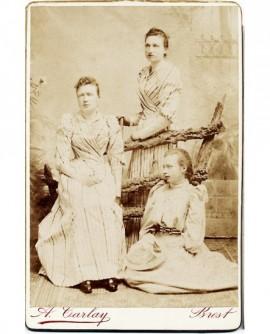 Trois jeunes filles en robe blanche (trois soeurs?)