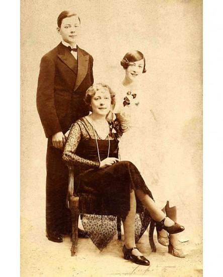 Femme en robe assise, entourée de ses 2 enfants (garçon et fille, ados)