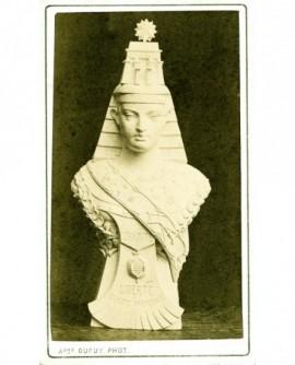 Sculpture d'une figure maçonnique de la Charité