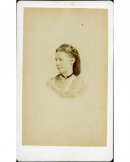 Portrait de jeune femme au filet dans les cheveux