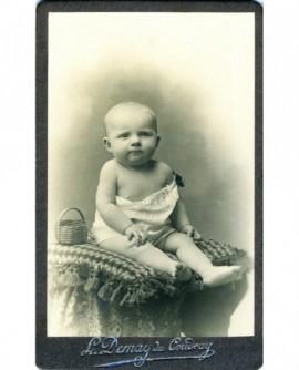 Bébé assis avec un jouet